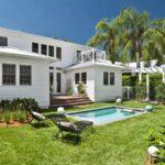 تصویر فضای سبز بزرگ حیاط پشتی یک خانه با استخری کوچک