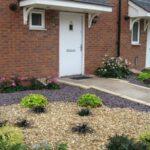 بجز مسیر ورودی بقیه حیاط را با سنگ ریزه تزئین کنید