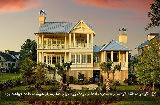 تصویر خانه ای در منطقه گرمسیر با نمایی به رنگ زرد که طلایی به چشم می آید