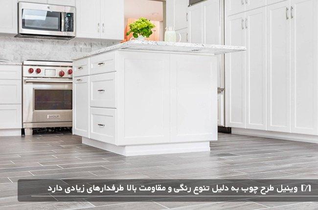 آشپزخانه ای با کابینت های چوبی سفید رنگ و کفپوش چوبی بلوط سفید