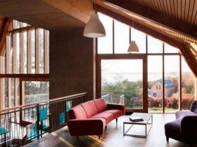 خانه دوبلکس با مبل های قرمز و دیوار شیشه ای
