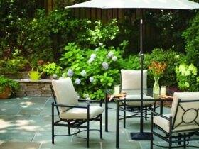 حیاط خانه ای چیده شده با صندلی ها