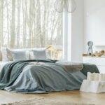 اتاق خواب دونفره با پنجره های بزرگ و پر نور