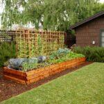 استفاده از یک جعبه چوبی مستطیل شکل بزرگ گوشه حیاط به عنوان باغچه
