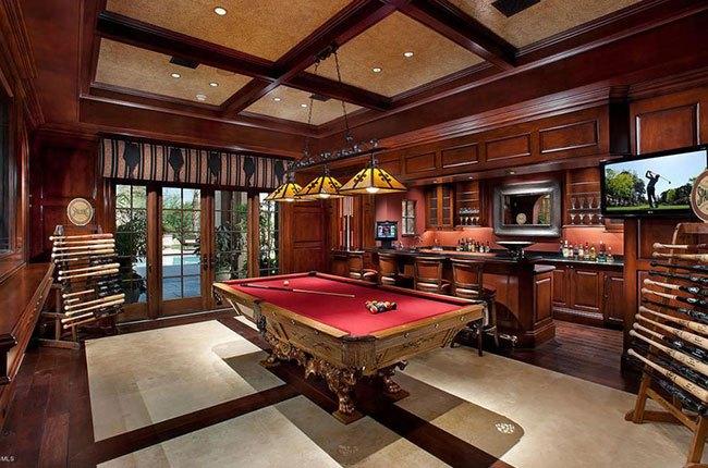 اتاق با میز بیلیارد بزرگ قرمز و چوبی