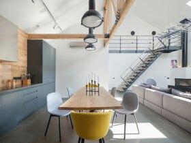 اشپزخانه با میز ناهارخوری و صندلی تک زرد