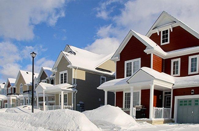 خانه ویلایی قهوه ای پوشیده شده از برف