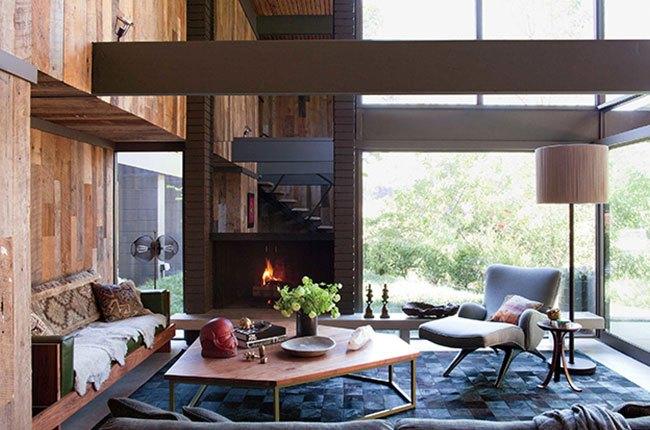 میز جلو مبلی بزرگ چوبی و مبل راحتی
