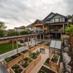 تصویر حیاط یک ویلای بزرگ که از جعبه های چوبی به عنوان باغچه استفاده کرده است