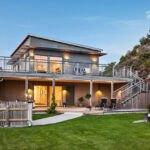 نمای خانه ویلایی دو طبقه با چراغ های زرد