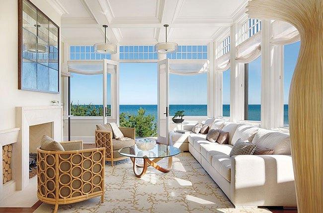 اتاق رو به دریا و آفتابگیر با مبل سفید
