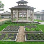 تصویری از باغچه های مربعی هم سایز در نزدیکی آلاچیق