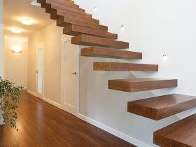 راه پله چوبی با نور زیاد و دیوارهای سفید