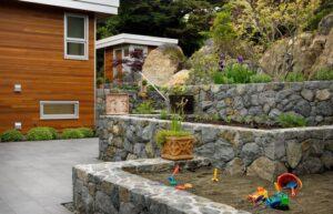 تصویری از چند باغچه کوچک در حیاط خانه