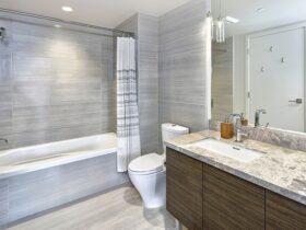 سرویس بهداشتی با وان حمام بزرگ و روشویی چوبی