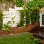 ایجاد باغچه ای باریک و بلند در کنار دیوار حیاط