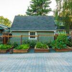 باغچه های چوبی در شیب اطراف خانه