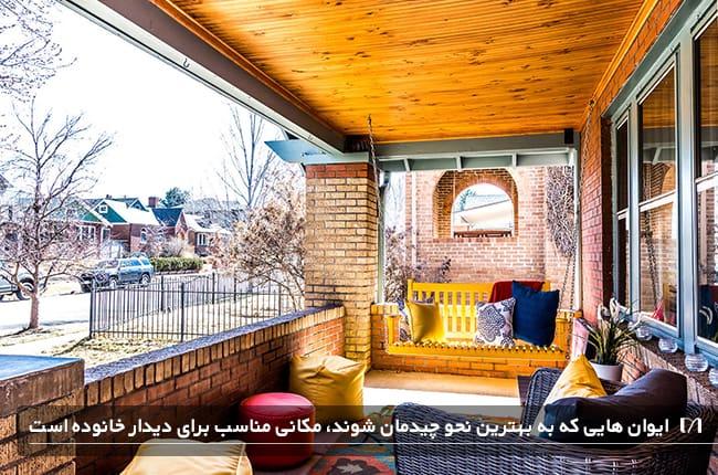 ایوان یک خانه زیبا و رنگی رنگی که با صندلی های زیبا چیدمان شده است