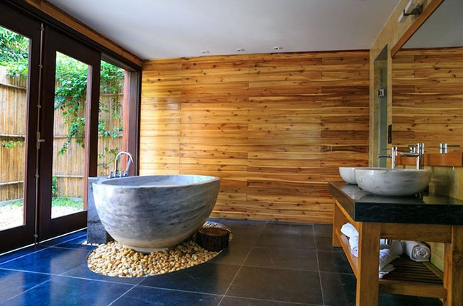 حمام چوبی با وان بزرگ و پنجره بزرگ