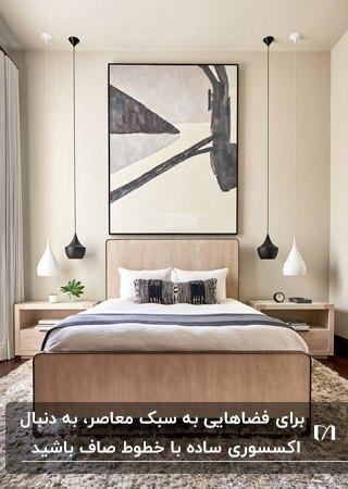 اتاق خوابی به سبک معاصر با تخت کرم، چراغ های آویز اطراف تخت و تابلوی نقاشی