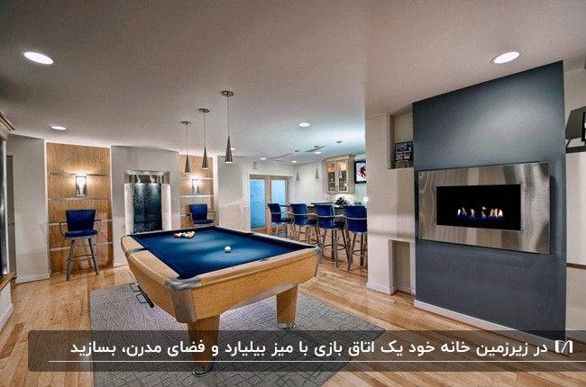 تصویر یک اتاق بازی در زیر زمین با میز بیلیارد چوبی و آبی کنار شومینه دیواری و چهارپایه های آبی کانتر