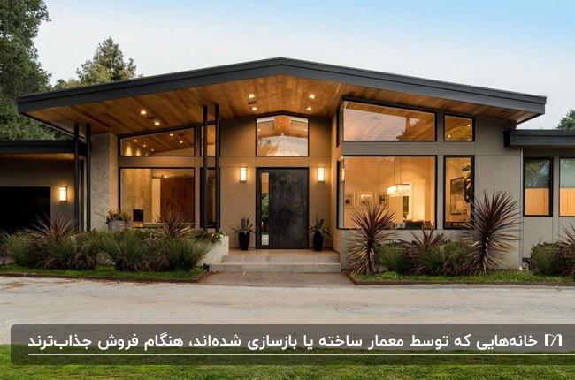تصویر معماری ویلایی با نمای کرم رنگ، پنجره های شیشه ای بزرگ با فریم مشکی