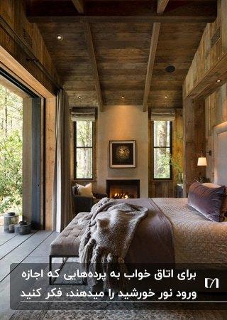 اتاق خوابی با سقف چوبی، تخت دو نفره مقابل دیوار شیشه ای و شومینه