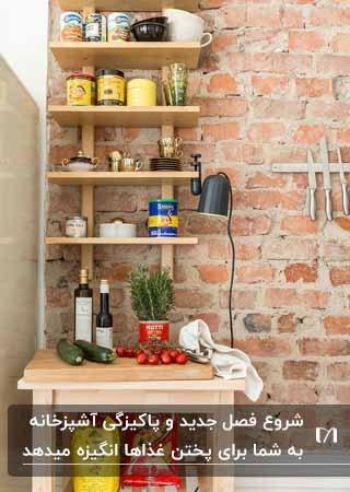 تصویر قفسه های چوبی روی دیوار سنگی در مطبخ آشپزخانه