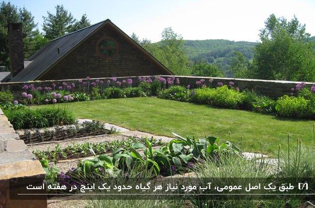 باغچه کنار دیوار در روف گاردن خانه با دیوارهای سنگی