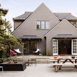 تصویر محوطه خانه ای بزرگ با نمای خاکستری