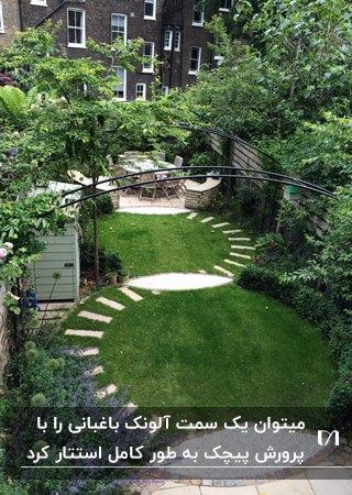 آلونک باغبانی کوچکی کنار دیوار که به کمک گیاهان استتار کرده است