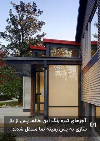 نمای بازسازی شده خانه ای شیک با استفاده از شیشه، فریم های فزی و پنل فلزی