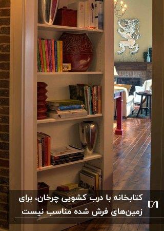 تصویر کتابخانه ای با در چرخان برای اتاق مخفی پشت آن