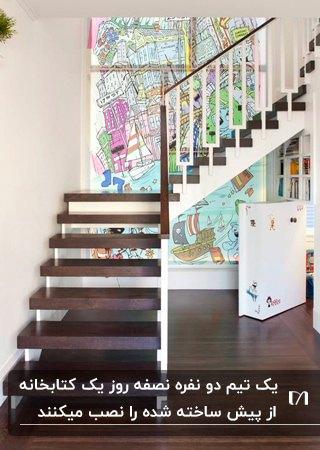 تصویر کتابخانه در دار زیر پله برای مخفی کردن انباری