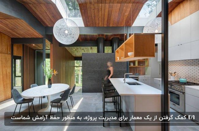 دکوراسیون آشپزخانه چوبی و مشکی رنگی با میز غذاخوری طراحی شده توسط یک معمار