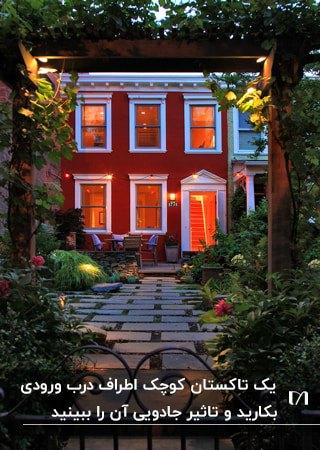 یک دالان چوبی برای ورودی خانه ای با نمای قرمز و فریم پنجره های سفید