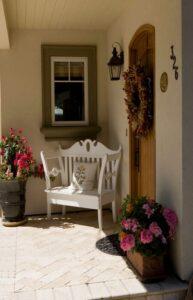 تصویری از یک ورودی ستنی تزئین شده با گل های خشک شده