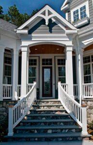 تصویری از یک ورودی زیبا با پله های سنگی