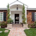 تصویر استفاده از درختچه های کوچک برای زیبایی ورودی خانه