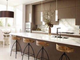 آشپزخانه اپن با صندلی های کانتر قهوه ای