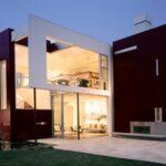 تصویری از ورودی یک خانه مدرن که درب و پنجره هایش کاملا شیشه ایست