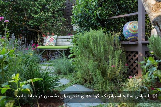 نیمکتی با نشیمنگاه سبز و کوسن طرح دار در فضای باز حیاط