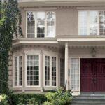 تصویر ورودی سیمانی خانه ای با پنجره های شیشه ای بلند