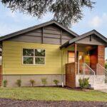 تصویری از ورودی یک خانه چوبی با پلاک 7062