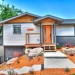 تصویری از محوطه سازی یک خانه با ترکیب رنگی سفید ، نارنجی و طوسی
