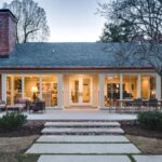 تصویری از راه پله ورودی یک خانه نورپردازی شده ی سفید