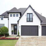 تصویری از نمای خارجی سفید و مشکی یک خانه