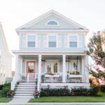تصویری از نمای خارجی آبی آسمانی خانه ای با درب ورودی صورتی