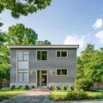 تصویری از محوطه سازی ورودی یک خانه با نمای خارجی طوسی