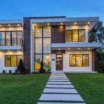 تصویری از مسیر ورودی یک خانه نورپردازی شده